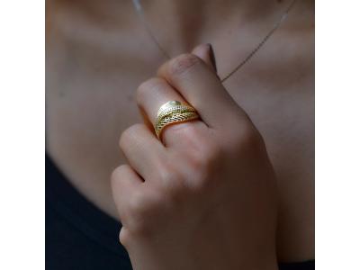 Златен пръстен с изрязани мотиви